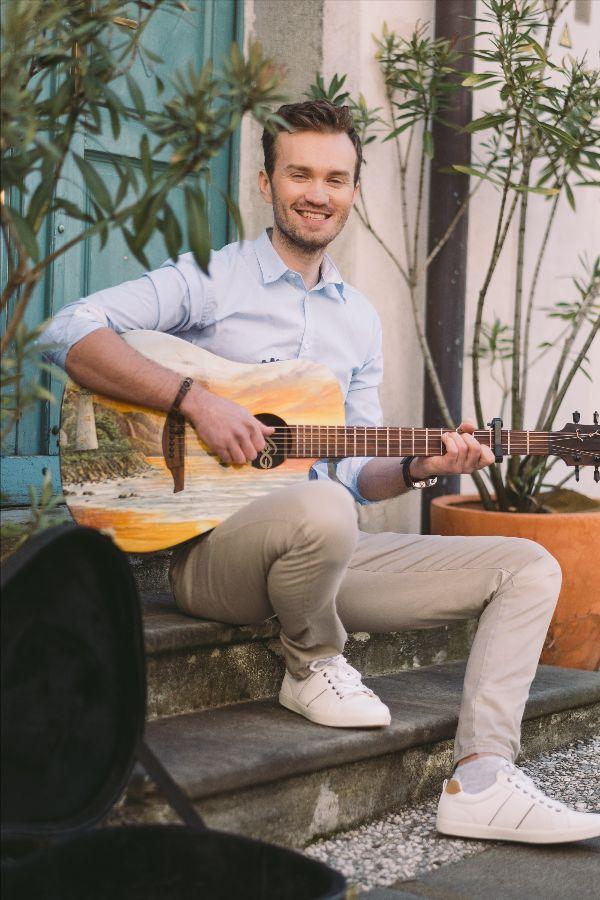 Alen Zabasu začenja samostojno glasbeno kariero s pesmijo Le ena je prava